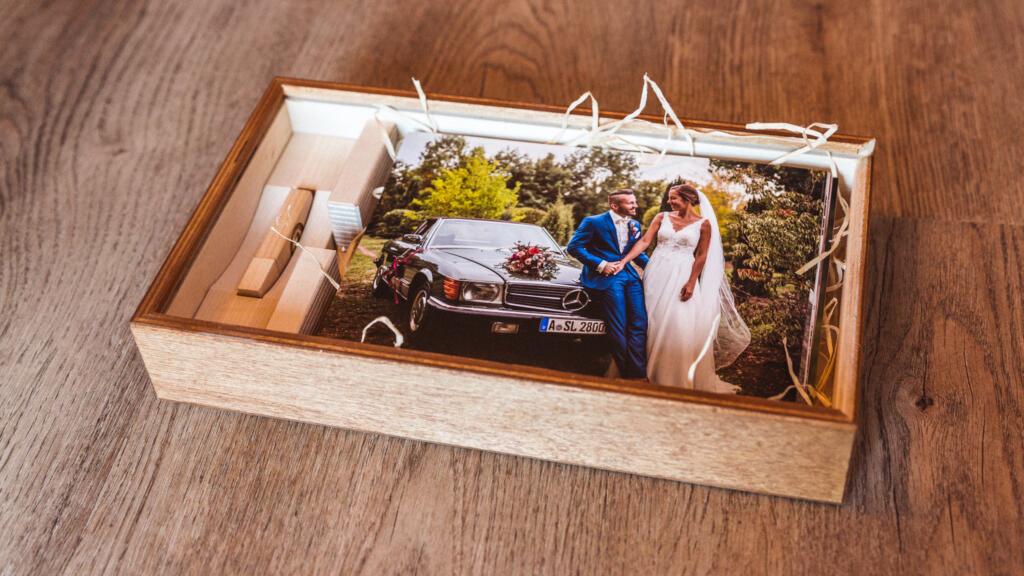 Fotokiste mit Hochzeitsfotos und USB-Stick